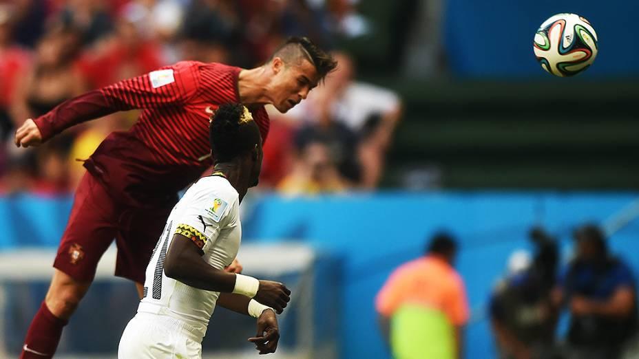 Cristiano Ronaldo cabeceia a bola no jogo entre Portugal e Gana no Mané Garrincha, em Brasília
