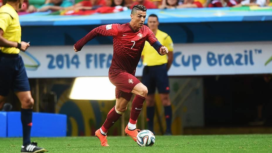 Cristiano Ronaldo conduz a bola no jogo contra Gana no Mané Garrincha, em Brasília