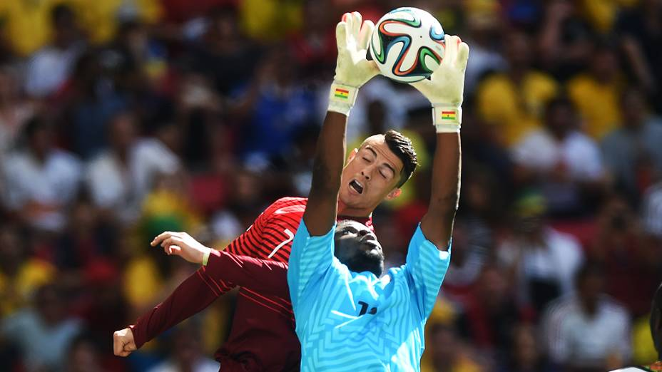 O português Cristiano Ronaldo tenta cabecear a bola no jogo contra Gana no Mané Garrincha, em Brasília