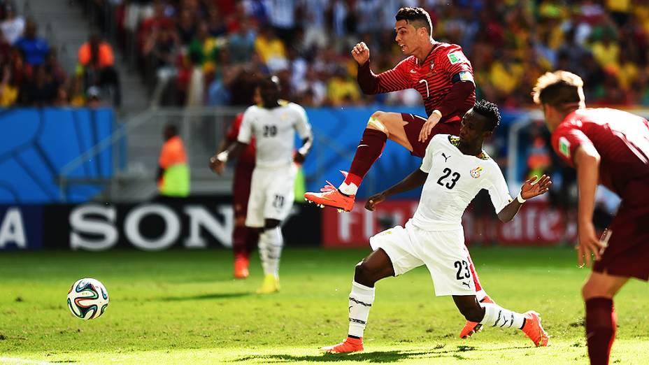 Cristiano Ronaldo disputa a bola com o jogador de Gana