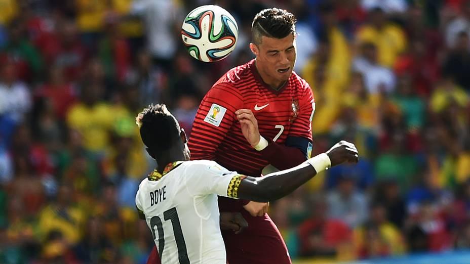 Cristiano Ronaldo, de Portugal, cabeceia a bola no jogo contra Gana