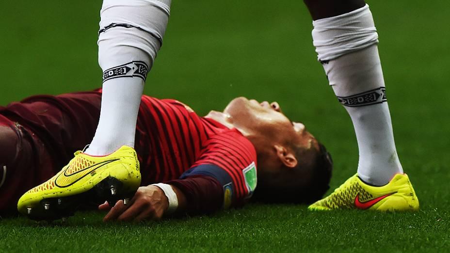 Cristiano Ronaldo cai em campo durante o jogo contra Gana no Mané Garrincha, em Brasília