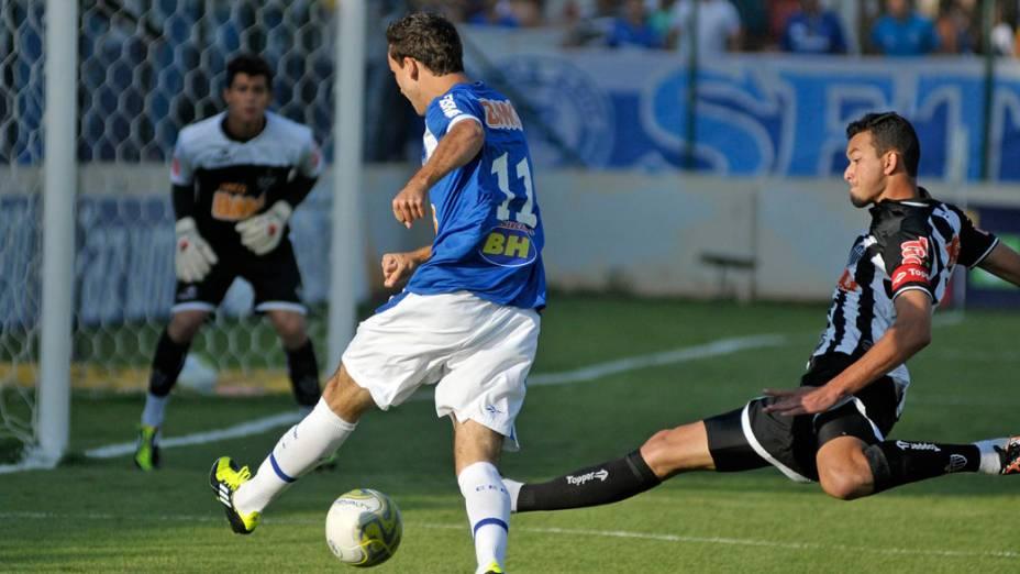Thiago Ribeiro, do Cruzeiro, disputa bola com Rever, do Atlético-MG, durante a final do Campeonato Mineiro - 15/05/2011