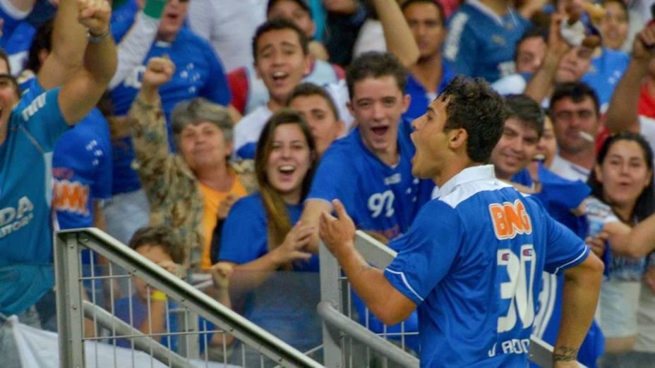 Vinicius Araújo comemora com a torcida do Cruzeiro no Mineirão