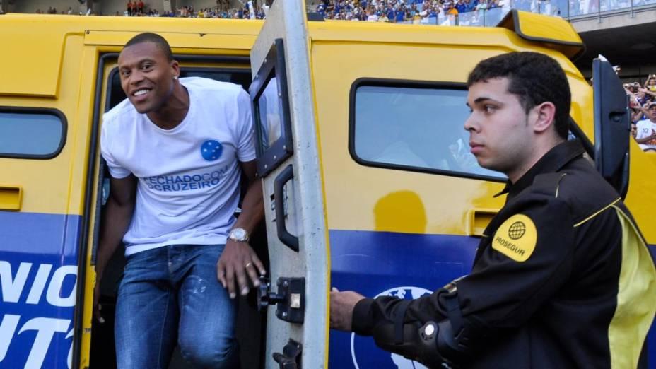 Julio Baptista é apresentado como reforço do Cruzeiro para o Brasileirão 2013