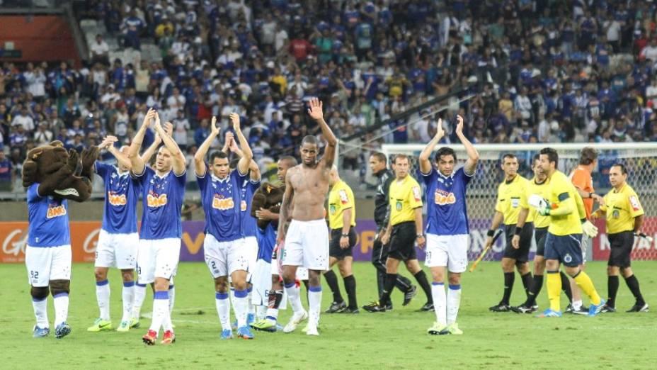 Os jogadores comemoram com a torcida depois de mais uma vitória do Cruzeiro no Mineirão