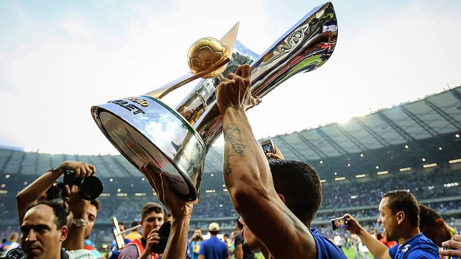 Jogadores do Cruzeiro comemoram a conquista do campeonato após partida entre Cruzeiro e Fluminense, válida pela última rodada do Campeonato Brasileiro 2014, no Mineirão, em Belo Horizonte (MG)