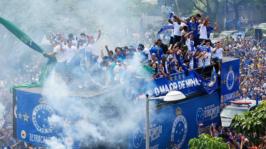 A equipe do Cruzeiro chega em carro aberto para última rodada do Campeonato Brasileiro 2014 contra o Fluminense, no Mineirão, em Belo Horizonte (MG), neste domingo (07)