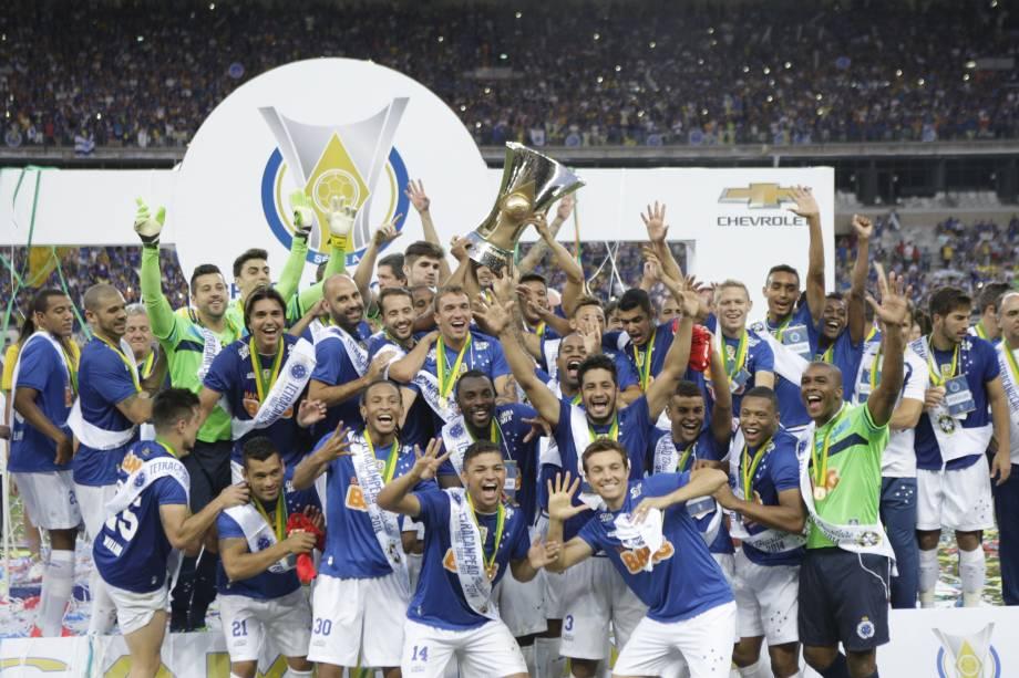 Jogadores do Cruzeiro comemoram o título do Campeonato Brasileiro 2014 após a vitória por 2 a 1 diante do Fluminense, válida pela última rodada do Campeonato Brasileiro 2014, no estádio Mineirão, em Belo Horizonte (MG), neste domingo.