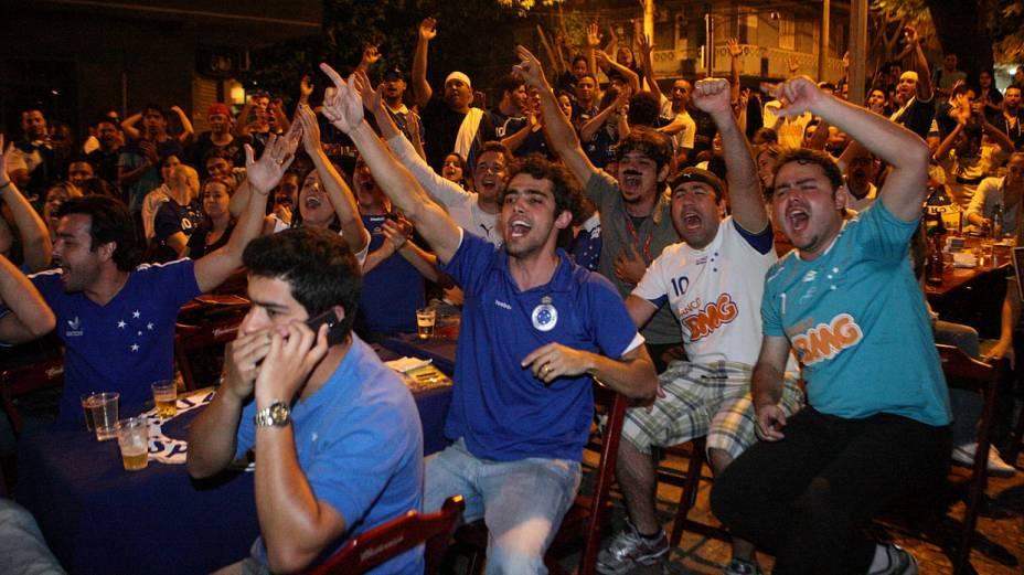 Torcedores do Cruzeiro comemoram a conquista do Campeonato Brasileiro 2013 em bar na Savassi, em Belo Horizonte