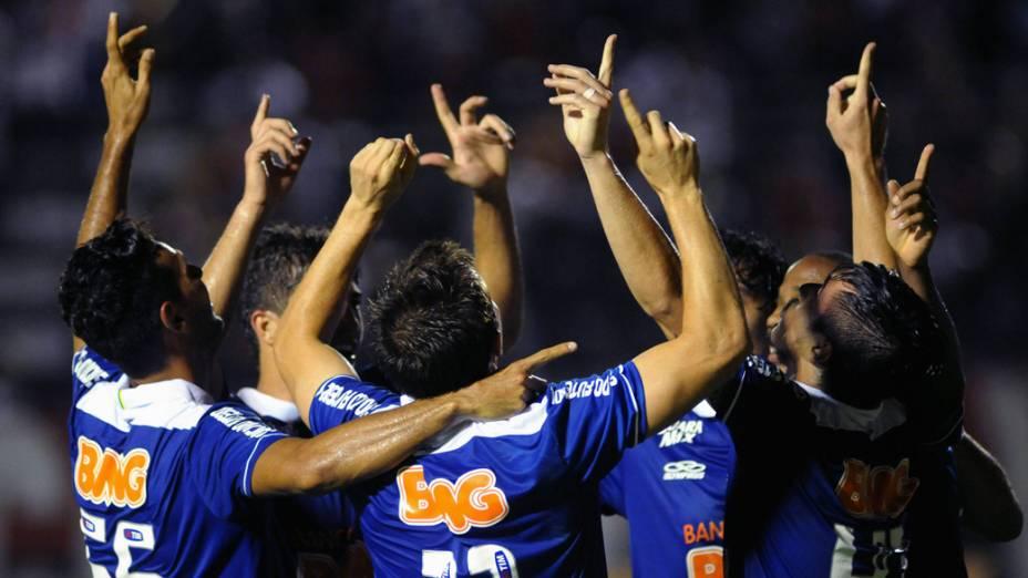 Jogadores do Cruzeiro comemoram gol na partida contra o Vitória, válida pelo Campeonato Brasileiro 2013