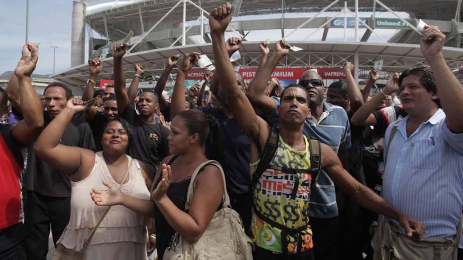 Princípio de tumulto na entrada do estádio antes da abertura dos portões. Na foto, trabalhadores que dizem ter sido contratados para fazer a segurança do show e dispensados horas antes, protestam na porta do estádio