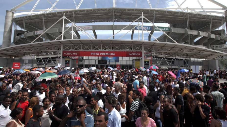 Início de tumulto na frente do Estádio João Havelanje (Engenhão) enquanto fãs esperam pela abertura dos portões para show de Justin Bieber no Rio de Janeiro