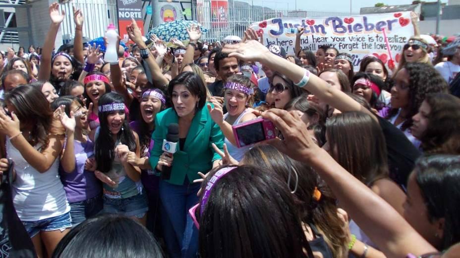 Movimentação na frente do Estádio João Havelanje (Engenhão) enquanto fãs esperam pela abertura dos portões para show de Justin Bieber no Rio de Janeiro