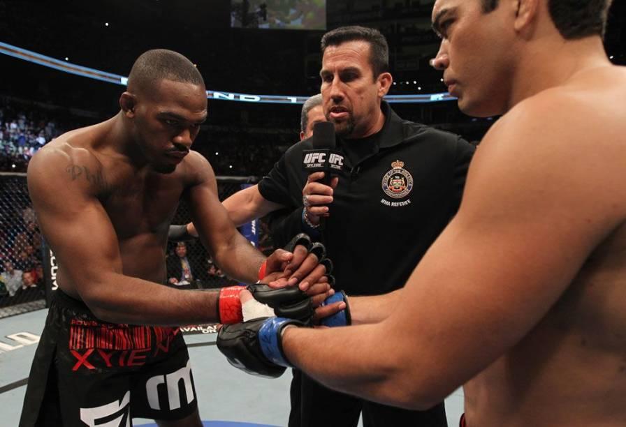 O cumprimento entre Jon Jones e Lyoto Machida no UFC 140