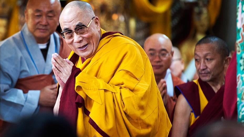 Dalai Lama, líder espiritual tibetano cumprimenta os devotos antes de dar uma palestra religiosa no templo Tsuglakhang em Dharmsala, Índia