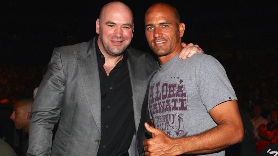Dana White, presidente do UFC, ao lado do supercampeão Kelly Slater, surfista e fã de MMA