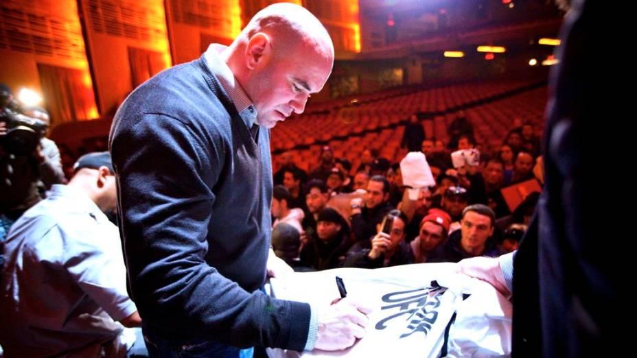 O presidente do UFC, Dana White, dá autógrafos em encontro com os fãs no Radio City Music Hall, em Nova York
