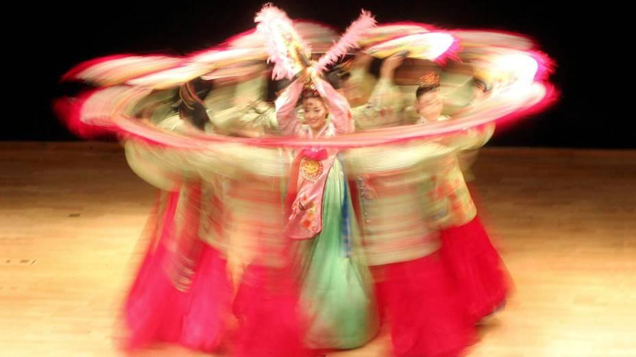 Grupo de dança tradicional sul-coreana na comemoração do 50º aniversário das relações diplomáticas entre Jordânia e Coreia do Sul, em Amã