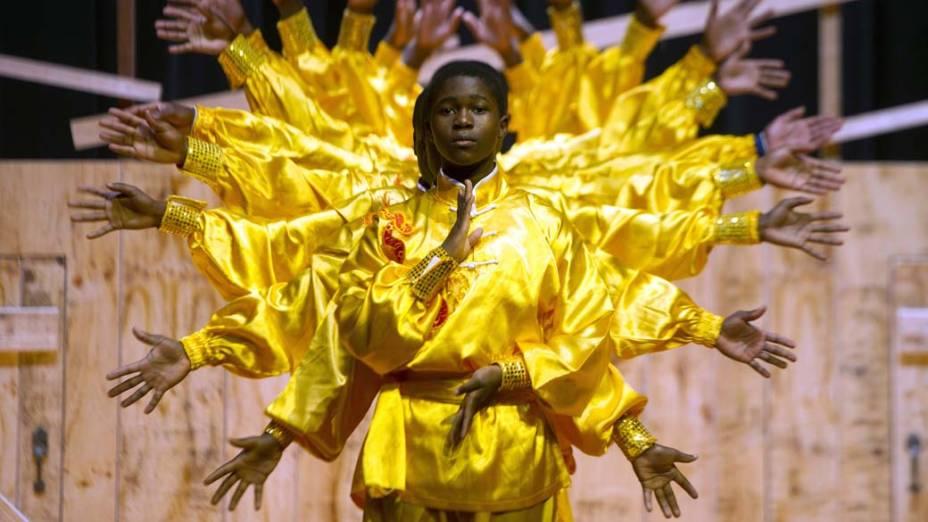 Estudantes africanos apresentam dança baseada no kung-fu em Hong Kong, China
