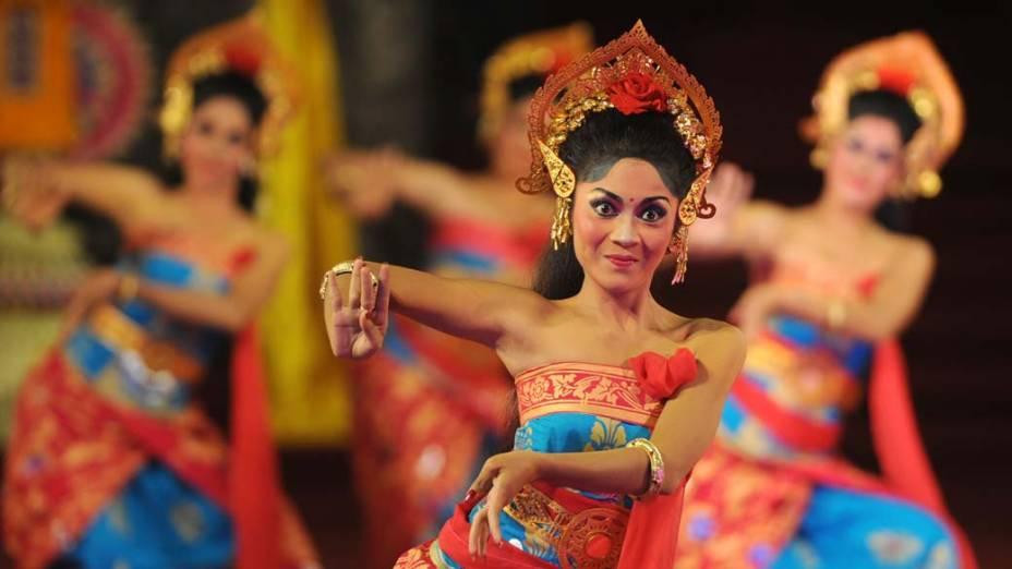 Dançarinas durante performance na 33ª edição do Festival de Arte de Bali, em Denpasar, Indonésia