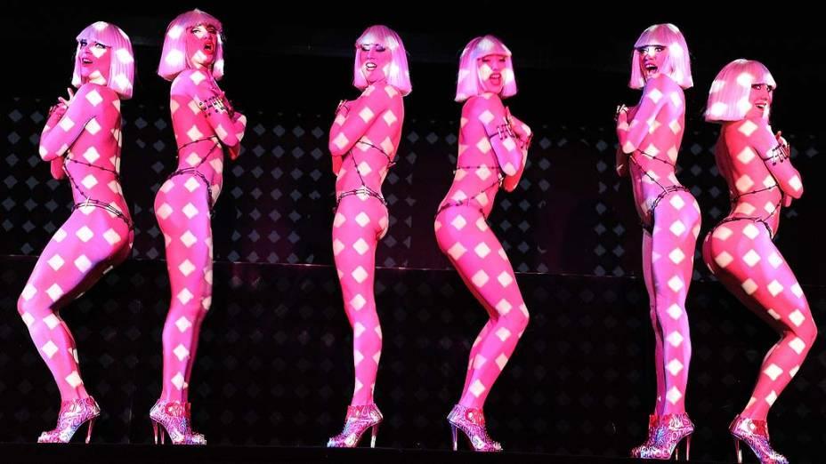 """Dançarinas durante performance de """"Feu"""" de Christian Louboutin em Paris, França"""