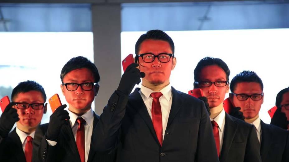 """Grupo de dança japonês participa de ação promocional no lançamento do smart phone """"Streak"""" da Dell, Tóquio"""