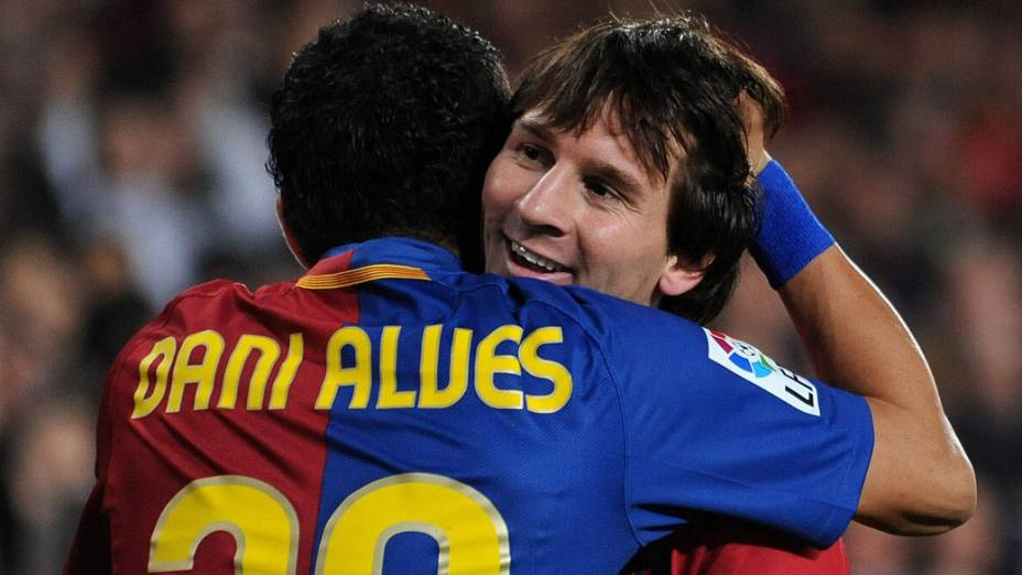 Lionel Messi comemora gol com Daniel Alves em partida contra o Málaga, válida pelo campeonato espanhol