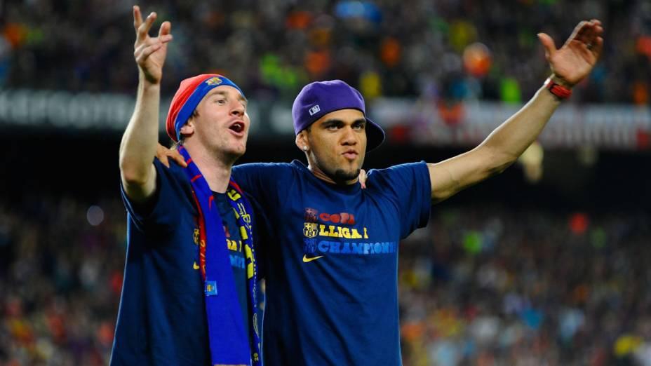 Messi e Daniel Alves comemoram a conquista da Liga dos Campeões da UEFA de 2009 diante do Manchester United