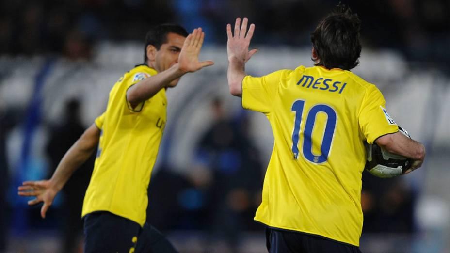Lionel Messi comemora gol com Daniel Alves em partida contra o Almeria, válida pelo campeonato espanhol