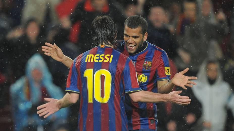 Daniel Alves e Messi comemoram gol marcado em partida contra o Tenerife, válida pelo campeonato espanhol