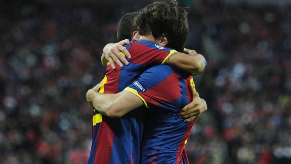 Lionel Messi comemora gol com Daniel Alves em partida contra o Manchester United, no estádio de Wembley em Londres, pela final da Liga dos Campeões da UEFA de 2011