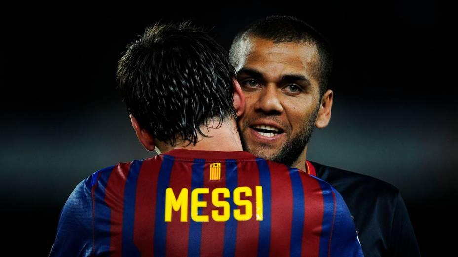 Daniel Alves abraça o companheiro Lionel Messi em partida amistosa contra o Napoli