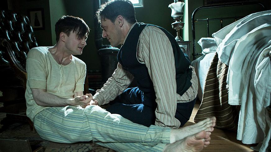 Daniel Radcliffe e Jon Hamm em cena de A Youngs Doctor Notebook