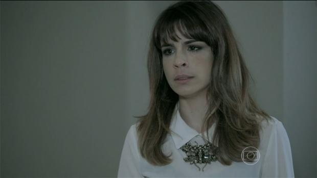 Danielle (Maria Ribeiro) e seu cabelo bagunçado buscam a filha Bruna (Kiria Malheiros) no quarto de José Pedro (Caio Blat)