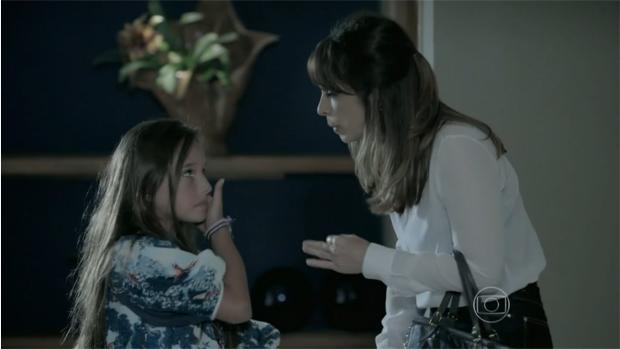 Novamente de cabelo preso, Danielle (Maria Ribeiro) sai do quarto de José Pedro (Caio Blat) com a filha Bruna (Kiria Malheiros)