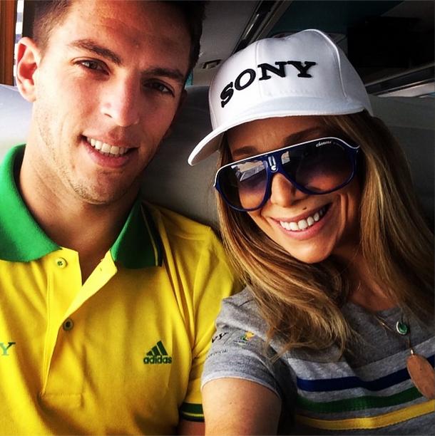 Danielle Winits e o namorado, Amaury Nunes, a caminho da Arena Castelão