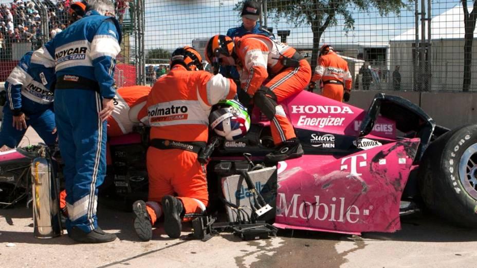 Equipe de resgate retira Dario Franchitti do carro depois do acidente em Houston