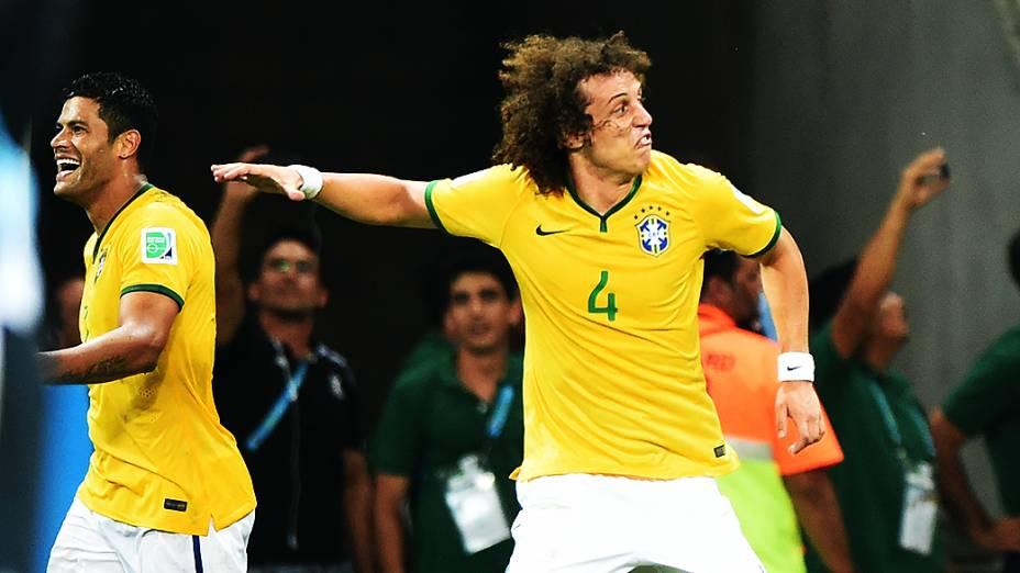 David Luiz comemora gol contra a Colômbia no Castelão, em Fortaleza