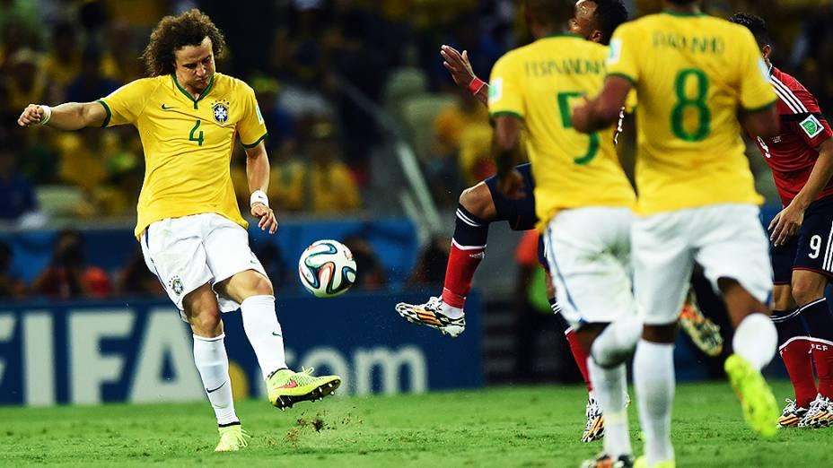 David Luiz chuta a bola no jogo contra a Colômbia no Castelão, em Fortaleza