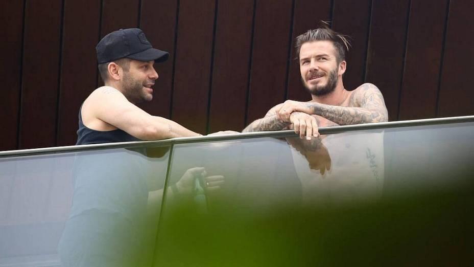 David Beckham aparece na sacada do hotel onde está hospedado, no Rio