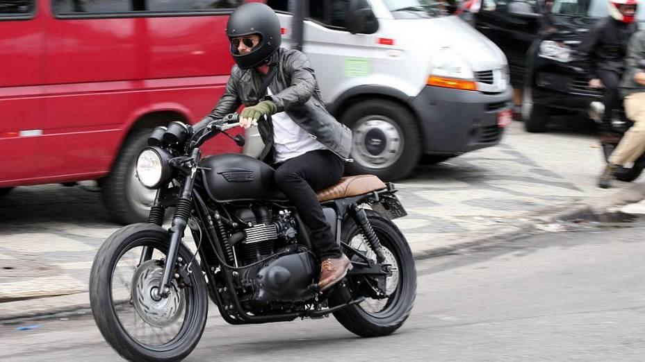 David Beckham passeia de moto pelo Rio