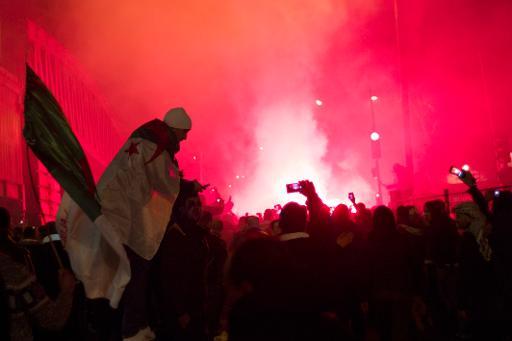 Torcedores da Argélia comemoram vitória sobre a Burkina Faso