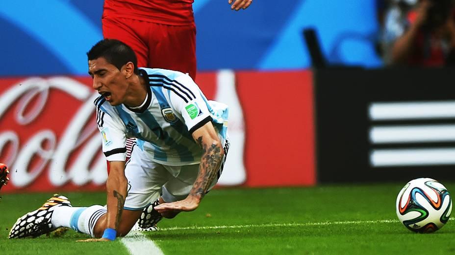 O argentino Di María sofre falta no jogo contra a Suíça