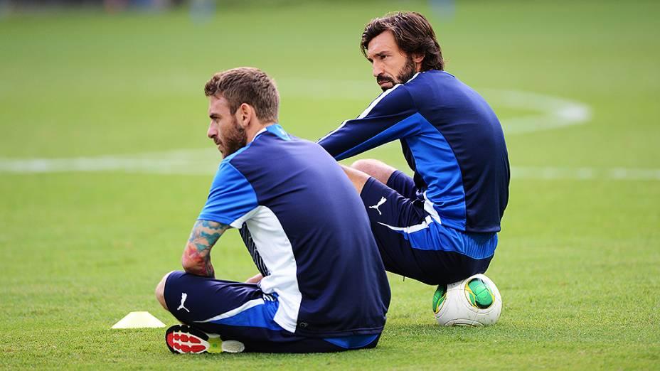 Andrea Pirlo e De Rossi em treino para jogo contra o Brasil válida para a Copa das Confederações, nesta sexta-feira (21)