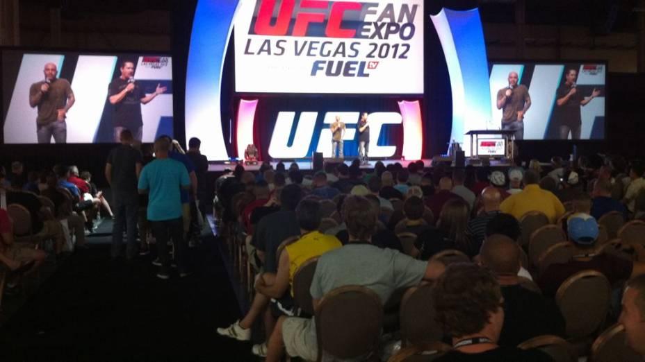 Torcedores acompanham debate com Joe Rogan, comentarista oficial do UFC, na Fan Expo, em Las Vegas