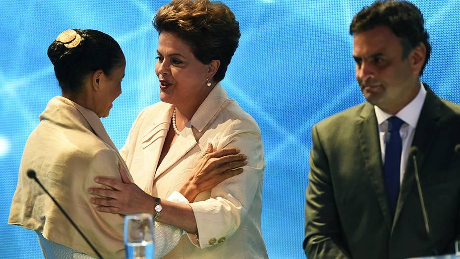 ANTES DOS ATAQUES - As candidatas Marina Silva (PSB) e Dilma Rousseff (PT), se cumprimentam sob o olhar de Aécio Neves (PSDB)