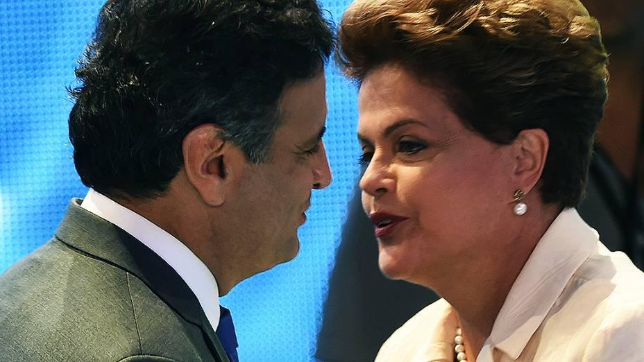 EDUCADOS - O candidato Aécio Neves (PSDB) cumprimenta a candidata Dilma Rousseff (PT), durante o intervalo do debate