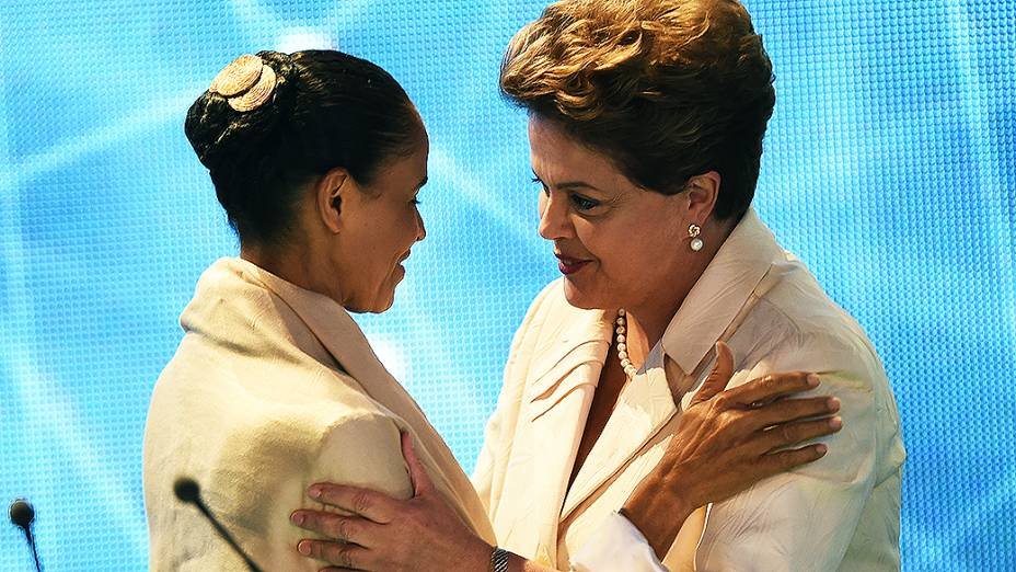 SEM RESSENTIMENTOS - As candidatas Marina Silva (PSB) e Dilma Rousseff (PT) se cumprimentam durante intervalo do debate