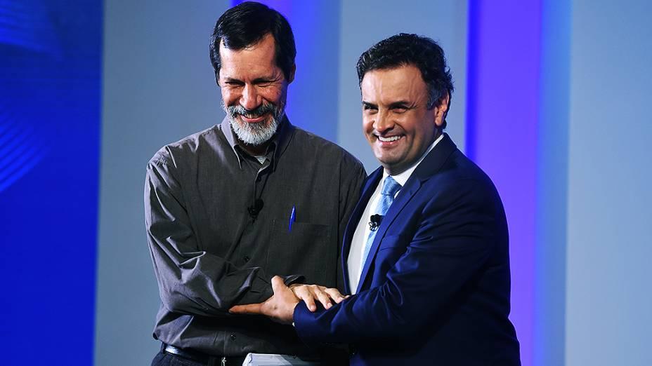 Os candidatos à Presidência da República, Eduardo Jorge (PV) e Aécio Neves (PSDB) se cumprimentam, antes do início do debate promovido pela Globo, no Rio